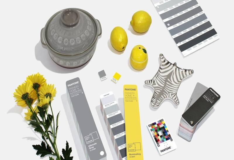 grijs met geel pantone 2021