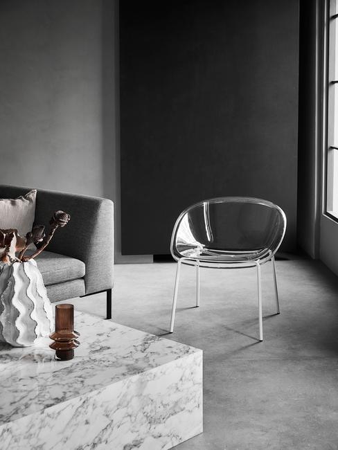 moderne minimalistische woonkamer met ghoast stoel en marmeren salontafel