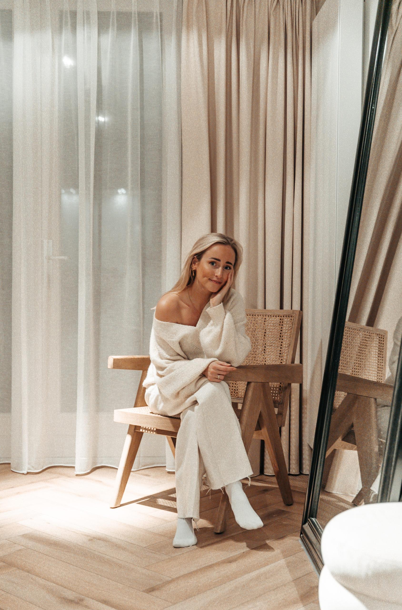 Lisanne de Bruijn woonkamer op stoel