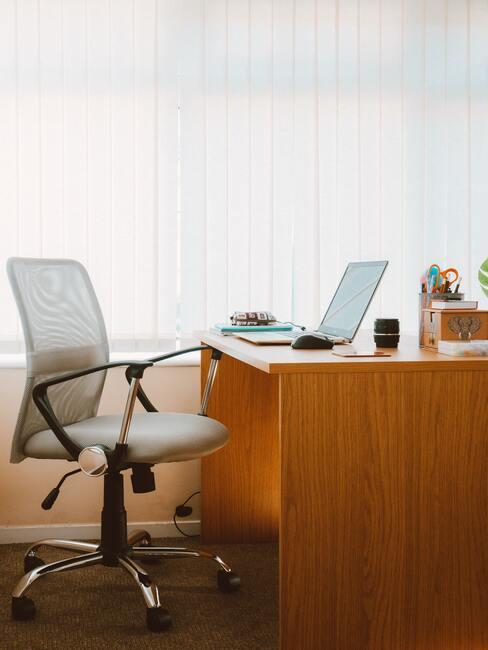ergonomische werkstoel achter verstelbaar bureau