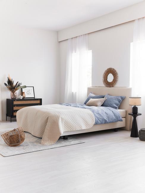 Lichte slaapkamer met blauwe en beige details