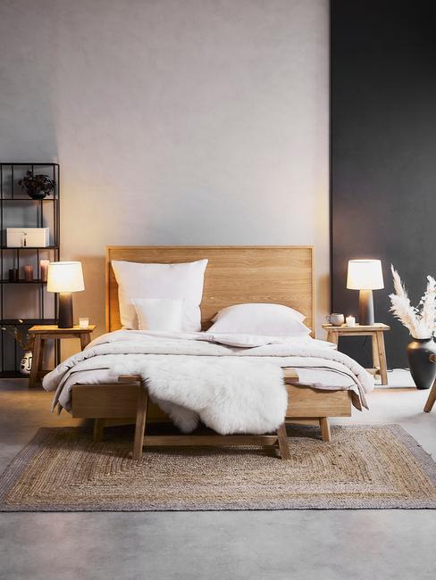 houten bed met wit dekbed en witte lampen op de houten nachtkastjes