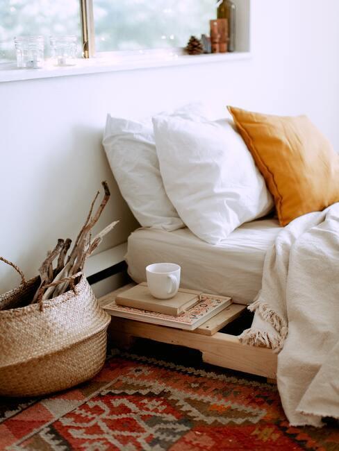 matras reinigen: witte bedlinnen met sierkussen in geel