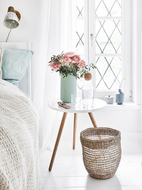 Een slaapkamer in zachte kleuren met beddengoed in pasteltinten
