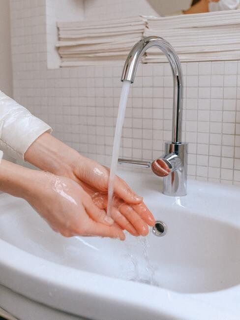 Handen wassen belangrijk om te voorkomen dat bacteriën en virussen zich kunnen verspreiden