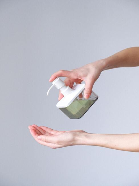 Vloeibaare zeep in kunststoffen houder