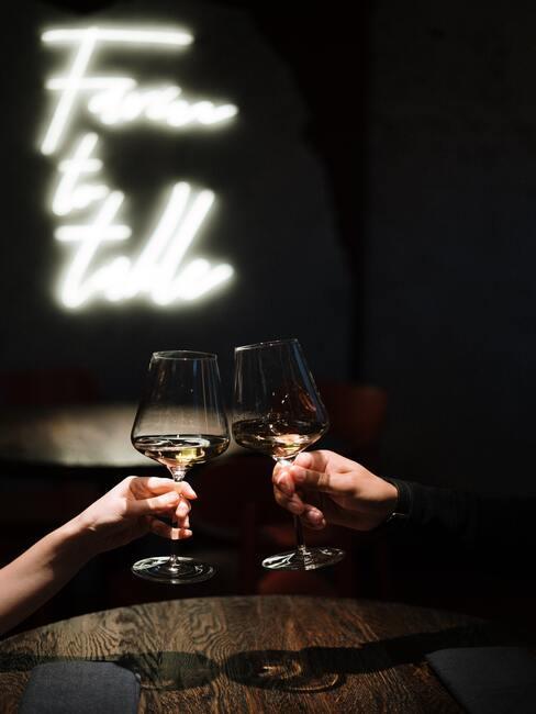 Champagne op het terras op een winteravond