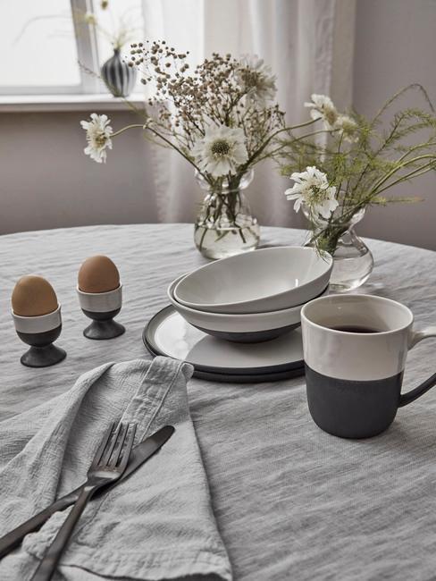 Serviesset in grijs op tafelkleed