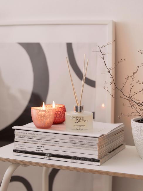 Koffietafelboek op marmeren salontafel in wit