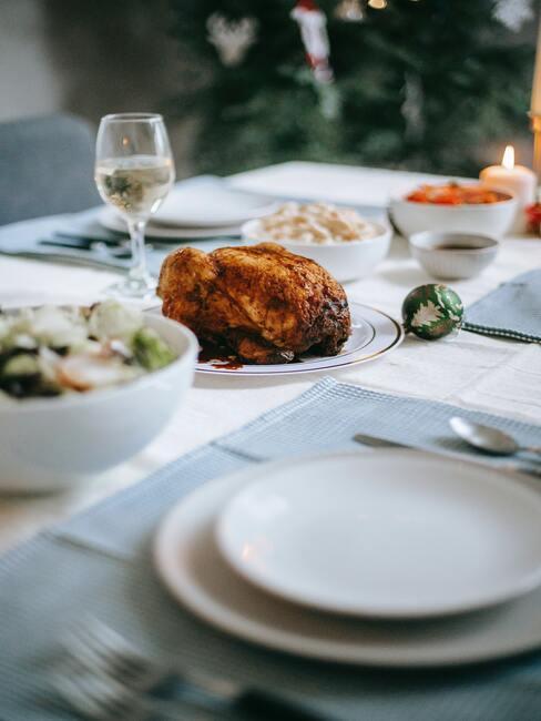 eten met vrienden: witte serviesgoed