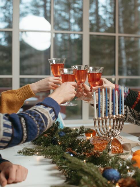 eten met vrienden toast op de vergadering