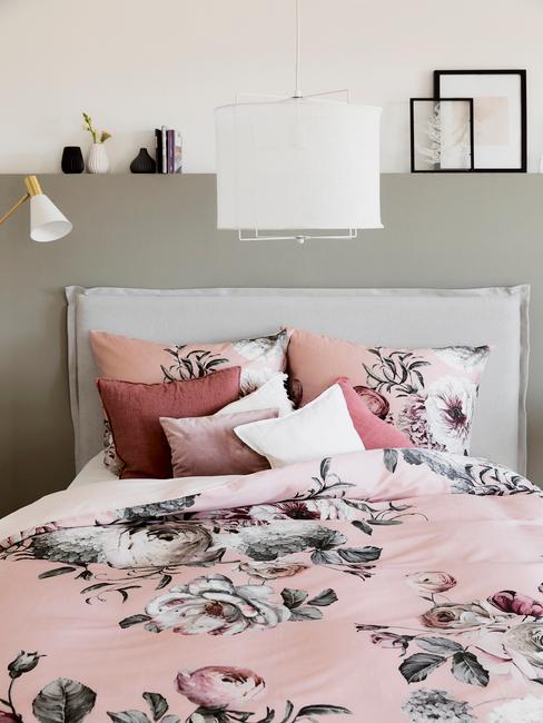 roze dekbedovertrek met bloemen met groenen muur en grijs bed