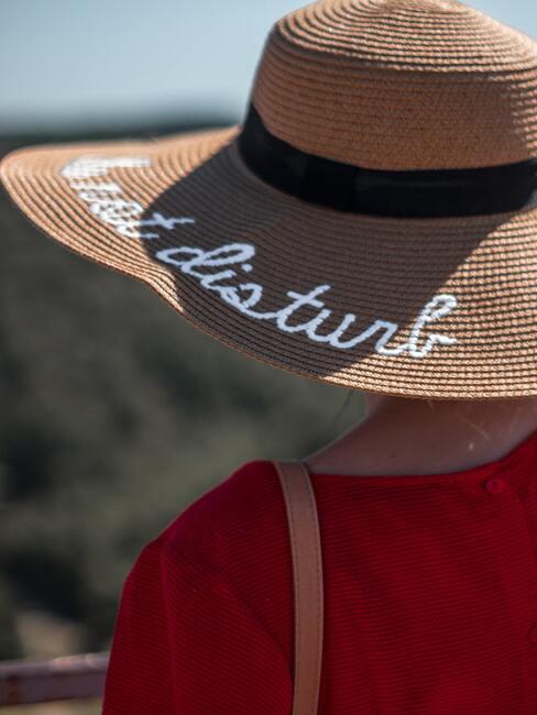 Om zonnevlekken te voorkomen bescherm je jezelf tegen de zon met een strandhoed en spf