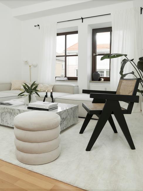 Rotan fauteuil in zwart in de woonkamer