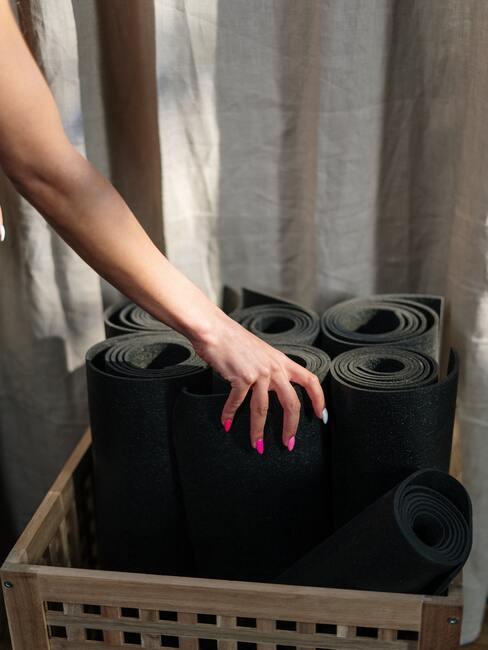 Sportmats in zwart in een houder