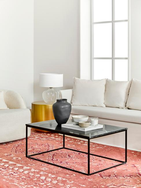 concentratieproblemen: comfortabele zitbank in beige en bijzettafel in geel en zwarte salontafel