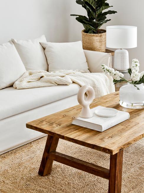 concentratieproblemen: comfortabele zitbank en houten salontafel
