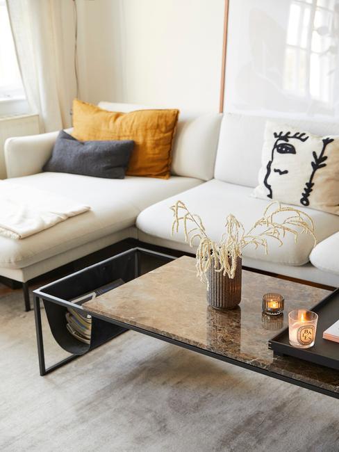 Woonkamer met glazen salontafel en bloemen