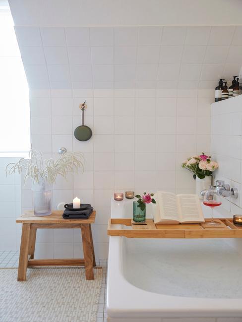 Badkamer met houten kruk en badrek