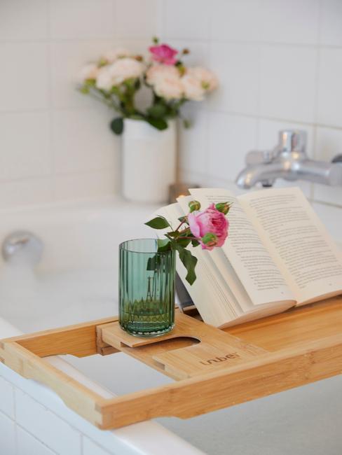Houten plank op badkuip