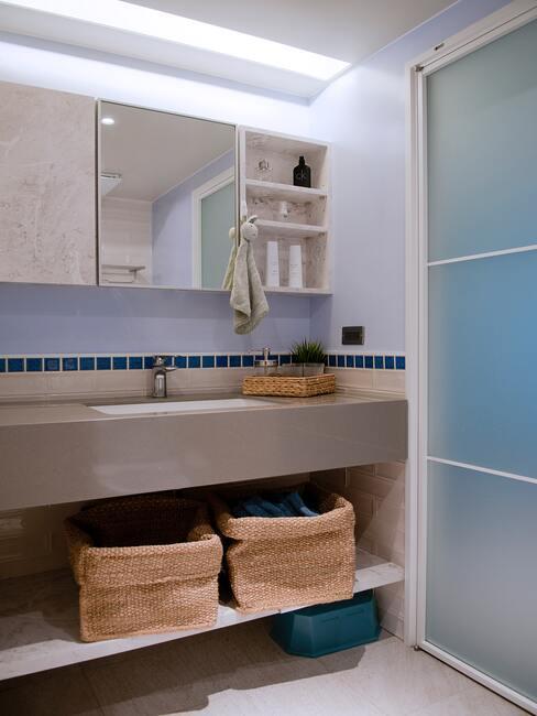 Badkamer met rotan wasmanden