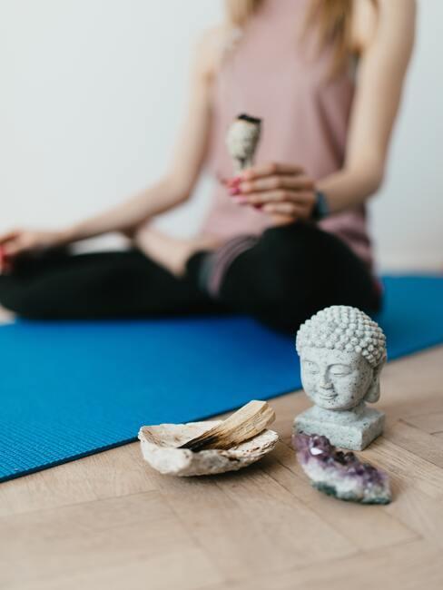 De vrouw doet thuis yoga