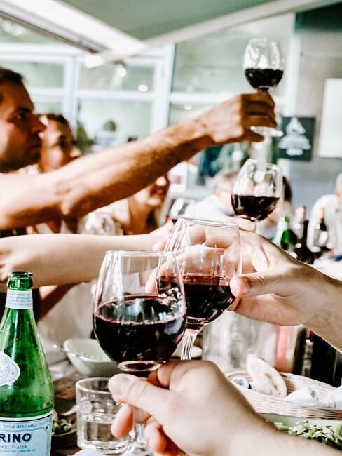 eten en wijntjes drinken samen met vrienden