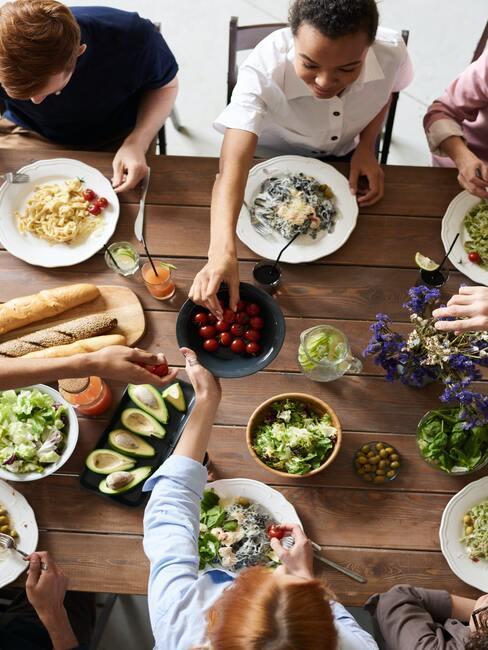 Gezellig samen met vrienden eten en hapjes delen