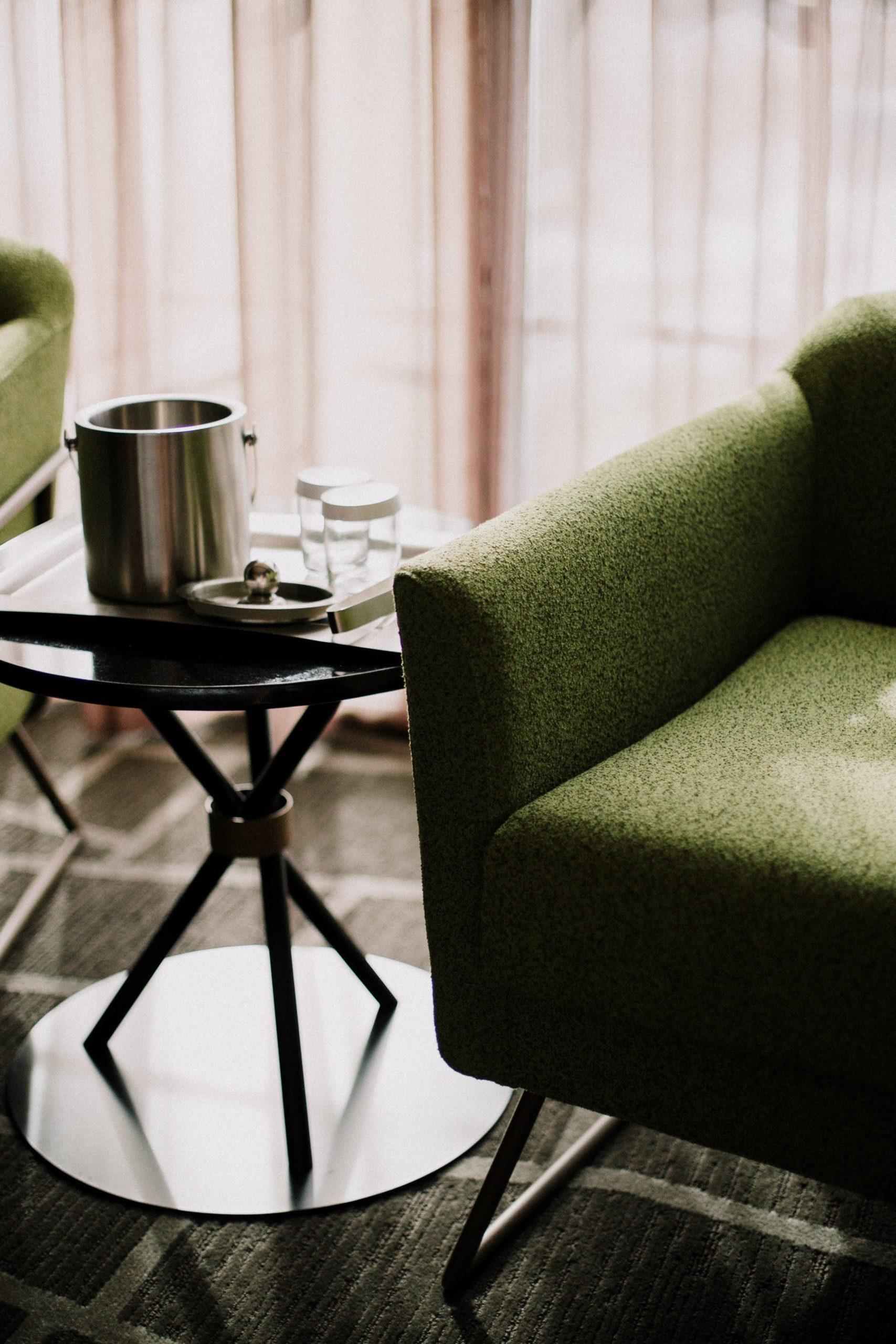 groene stoel in design hotel