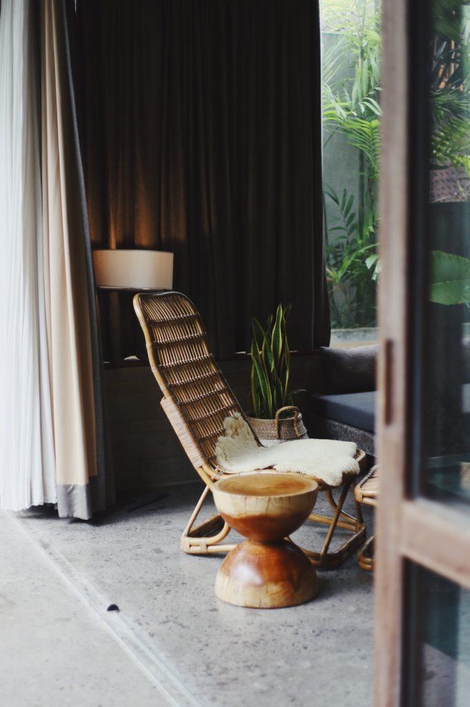 houten tafel en stoel in design hotel