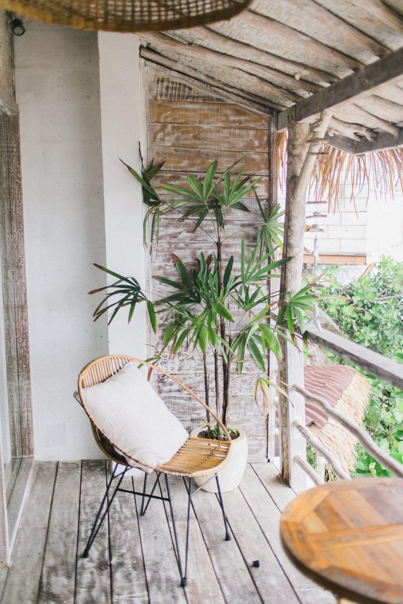 rieten stoel op het balkon met uitzicht op natuur