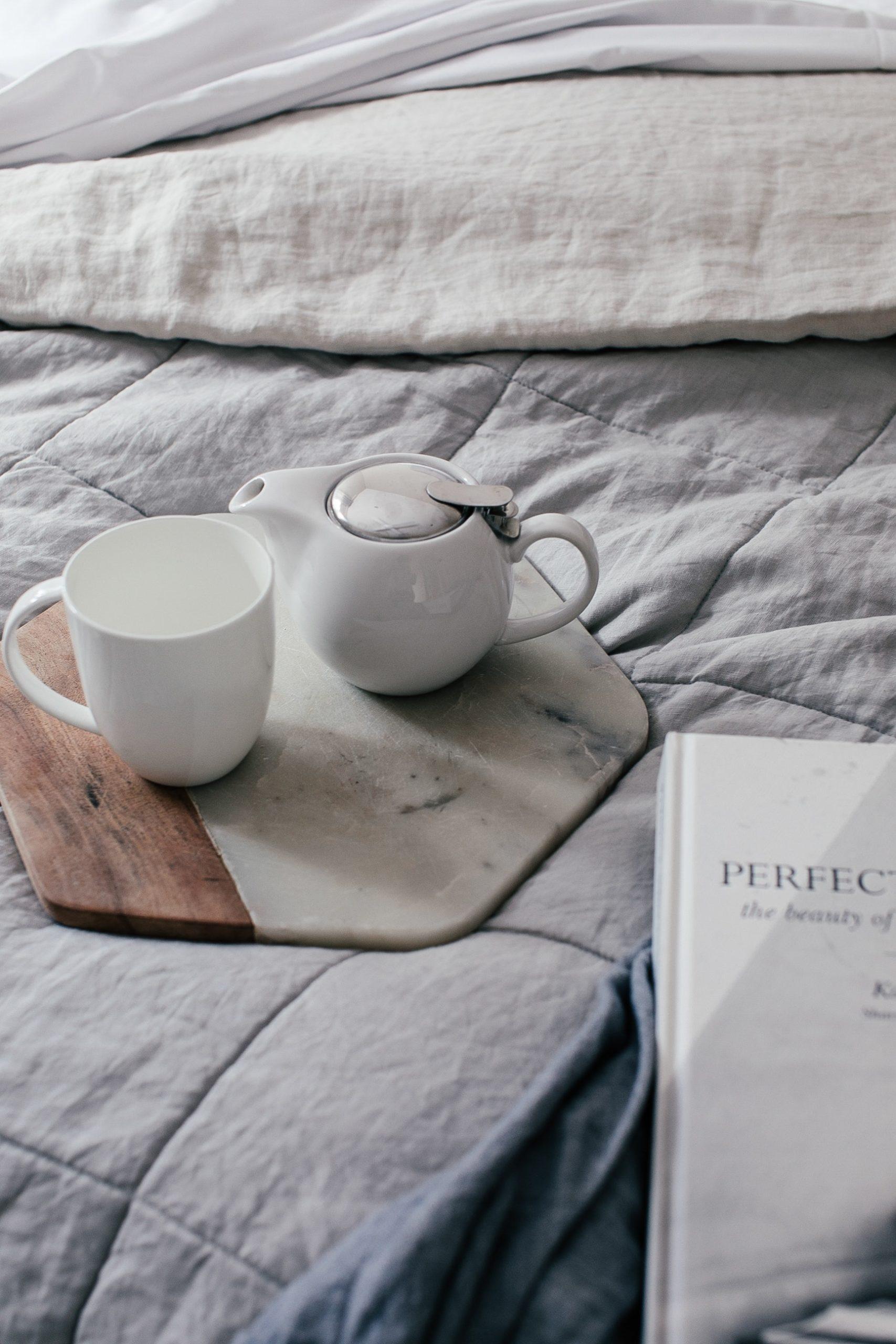 kopje thee op hoekig dienblad met leesboek