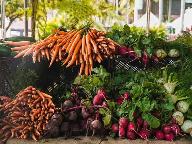 """groenten op de markts"""" wortelen, radijzen en rode bieten"""