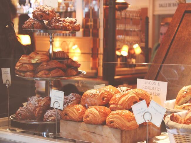Banketbakkerij - koffiekoeken en croissants in winkelruit