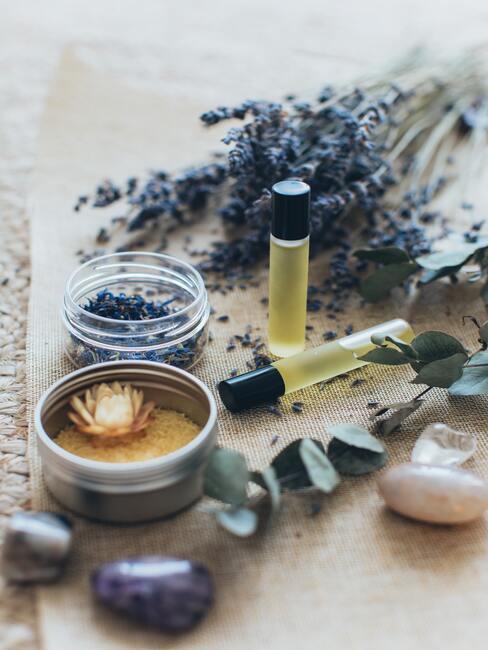 gedroogde lavendel, flesjes etherische olie en steentjes - Zelf luchtverfrisser maken