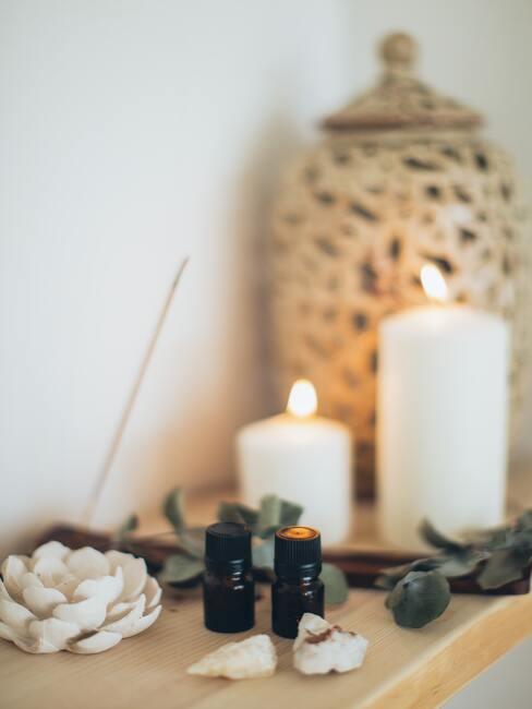 Kaarsen, etherische olie, wierook en decoratieve vaas