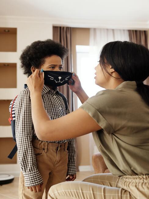 Een kind dat een masker draagt