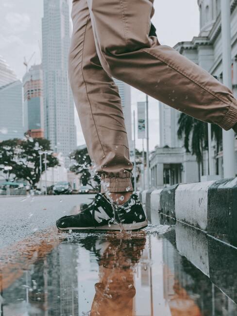 Vuile en doorweekte sneakers
