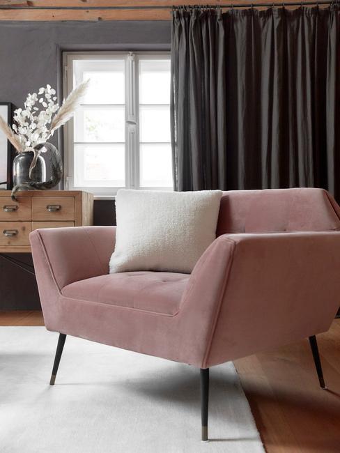 Roze fauteuil met sierkussen in wit