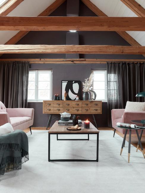 Grote woonkamer met houten elementen