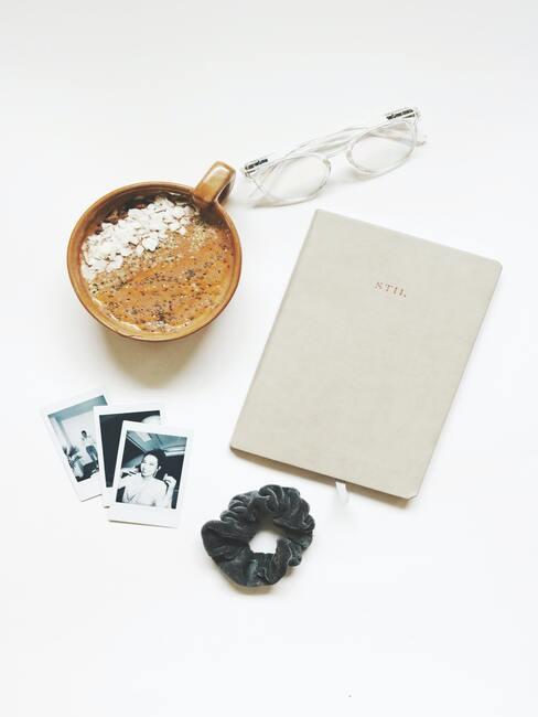 Notitieboekje met pen en koffiemok