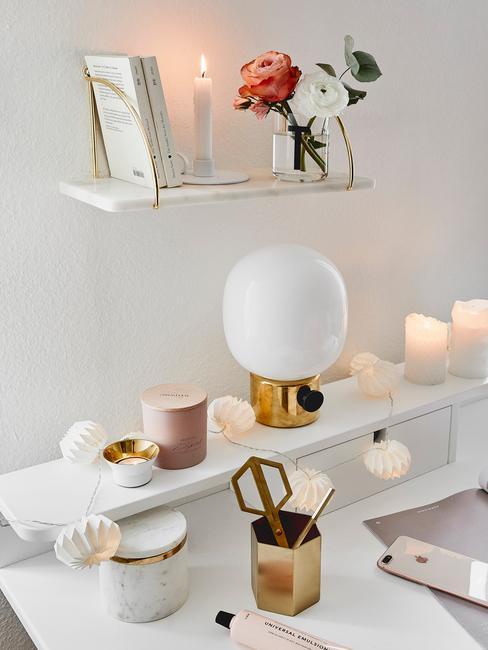 werken vanuit huis : decoratieve tafellamp op bureau