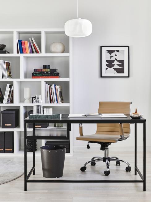 Witte boekenkast naast bureau