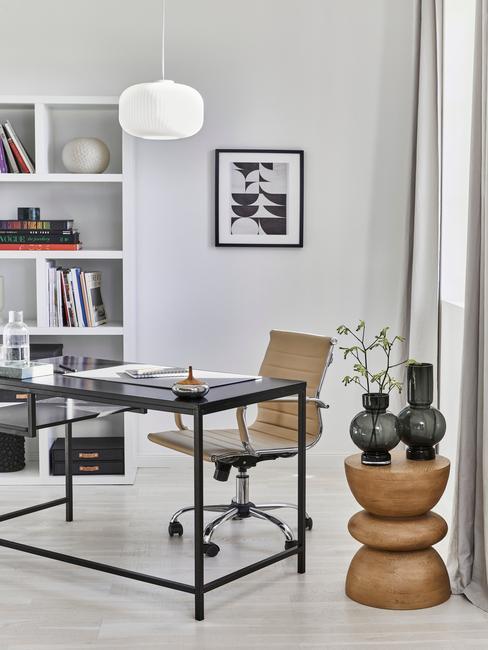 Moderne woonkamer met zwart bureau en stoel in bruin