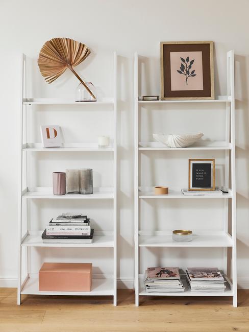 Witte boekenkast met decoratieve objecten, fotolijstjes