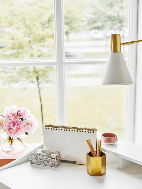 Bureau in wit met accessoires in wit en goud