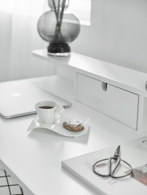 Woonkamer in wit met moderne meubels