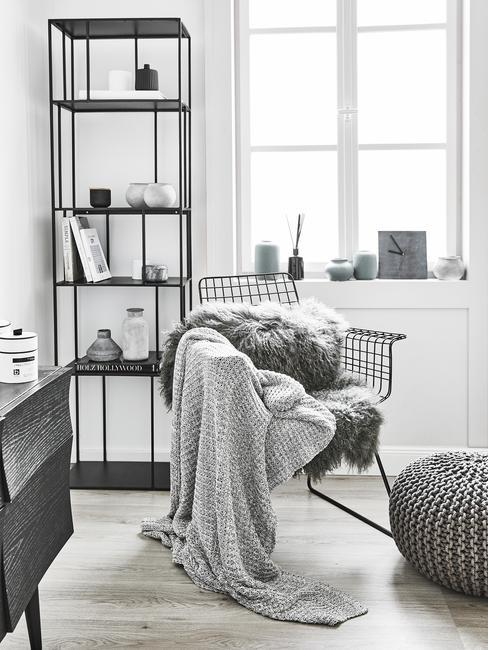 Stoel met plaid, wandkast en zitkussen
