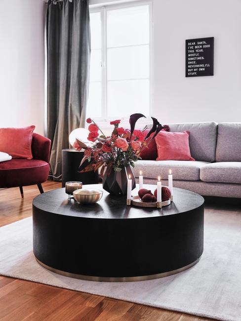 Salontafel in zwart op vloerkleed in beige in de woonkamer