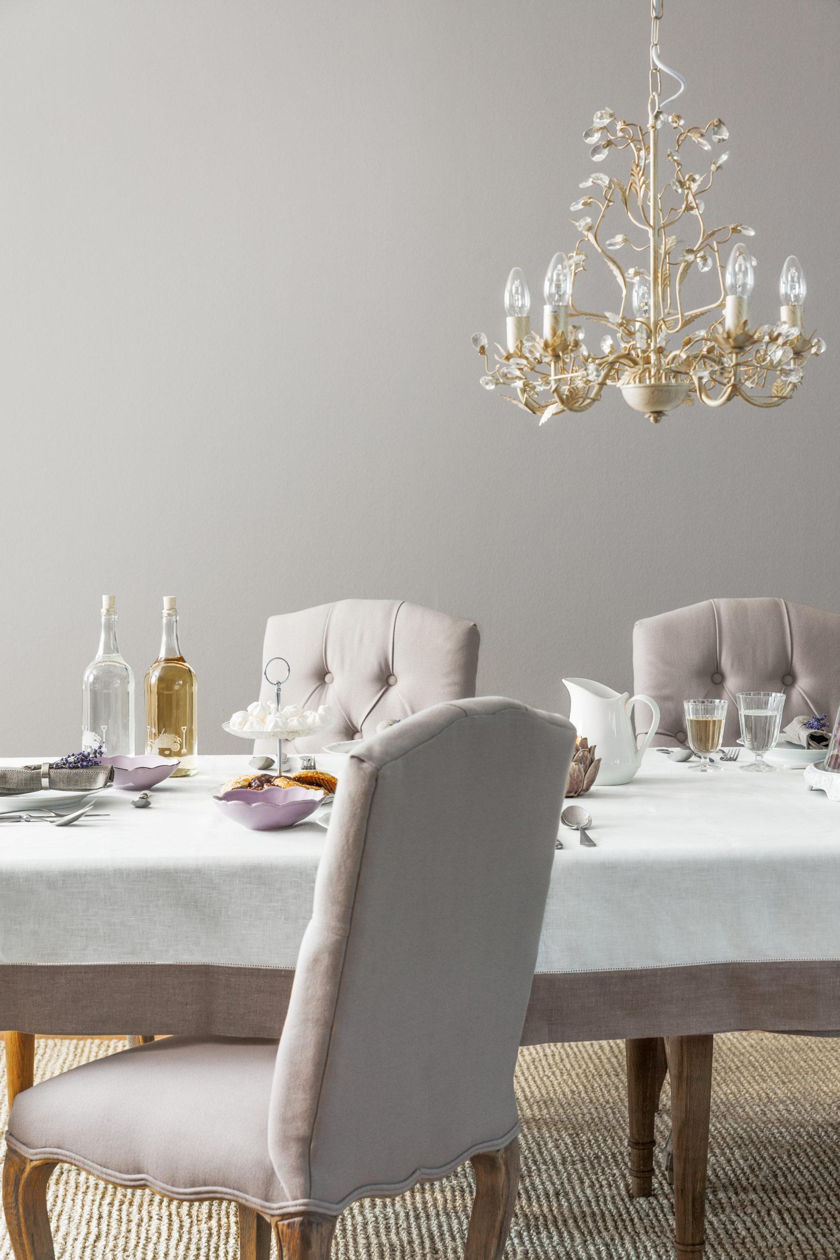 Kroonluchter met tafel en stoelen